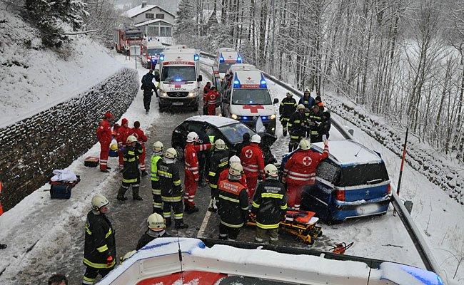 Ein schwerer Verkehrsunfall mit mehreren eingeklemmten Personen ereignete sich in Kernhof