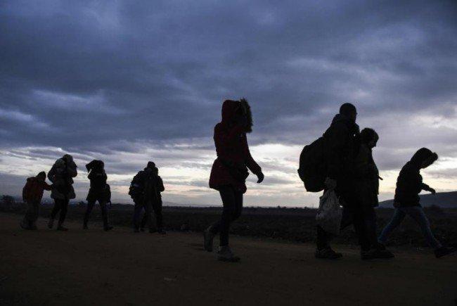 Trotz Kälte machen sich noch immer Tausende Richtung Europa auf.