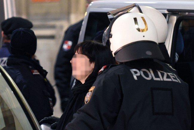 Festnahme einer Demonstrationsteilnehmerin.