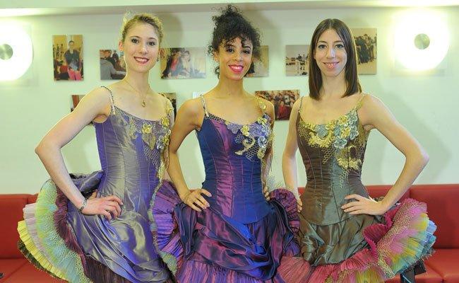 Die Tänzerinnen werden in edle Couture gekleidet.