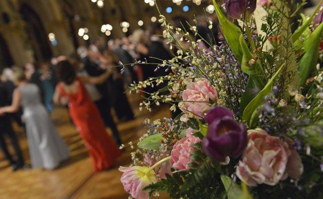 Der Blumenball besticht durch duftendes Dekor.