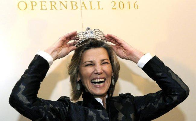 Noch hat sie die Krone auf - für heuer. Desiree Treichl-Stürgkh gibt den Opernball ab.