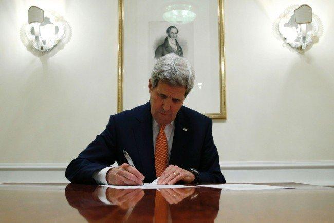 Kerry beim Unterschreiben einer Serie von Dokumenten zum Atomabkommen.
