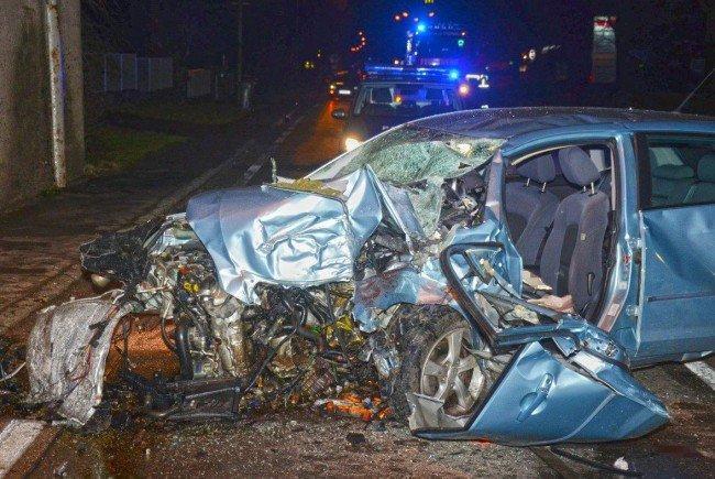 Das völlig deformierte Auto des tödlich verunglückten Mannes.