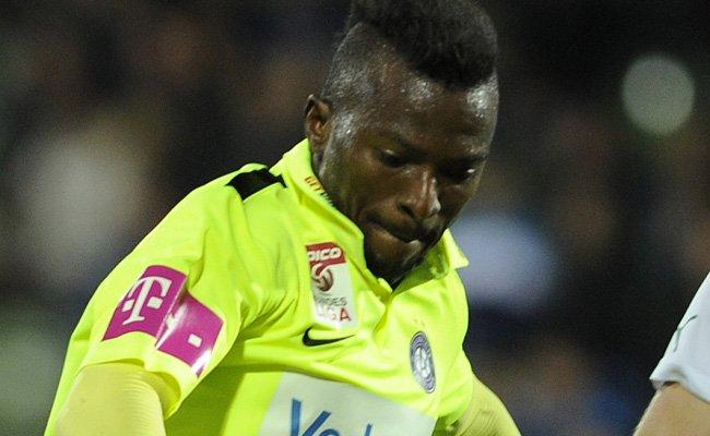 Larry Kayode droht ausgerechnet für das Derby eine Sperre.