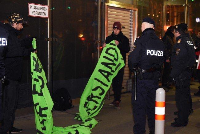 Die kleine Demonstration vor dem Wiener Opernball 2016.
