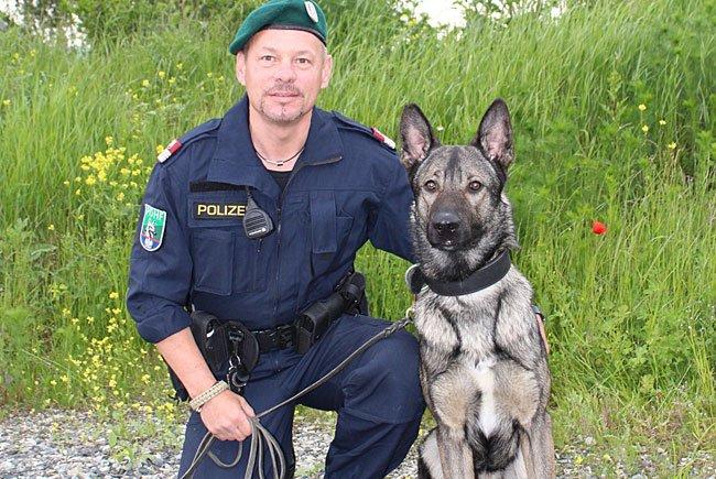 Gruppeninspektor Franz Rausch mit seinem Diensthund Argos vom Hutterer
