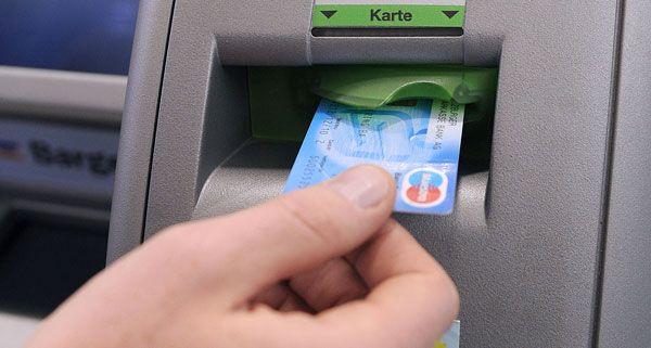 Wird man bald dafür zahlen müssen, einen Bankomaten zu benutzen?