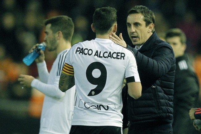 Valencia-Trainer Gary Neville herzt den Torschützen Álvaro Negredo.