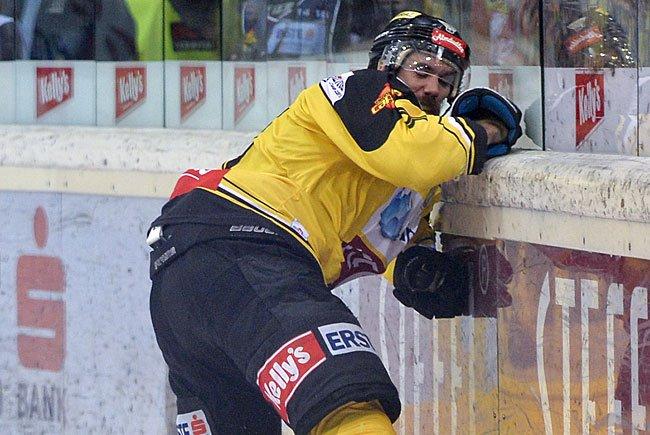 Vienna-Capitals-Verteidiger Philippe Lakos verlor beim Spiel gegen Salzburg einen Teil seines Fingers