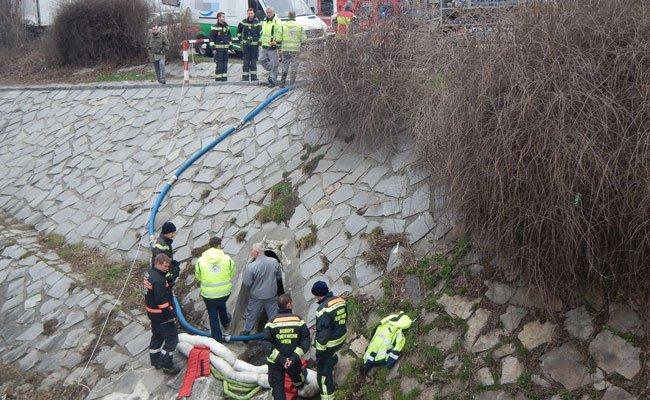 Feuerwehr bindet Öl im Liesingbach und verhindert Umweltkatastrophe