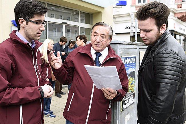 Präsidentschaftskandidat Richard Lugner bei der Unterschriftensammelaktion für Unterstützungserklärungen