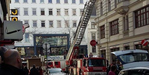 Feuerwehreinsatz: Hausfassade bröckelte auf Zieglergasse herab