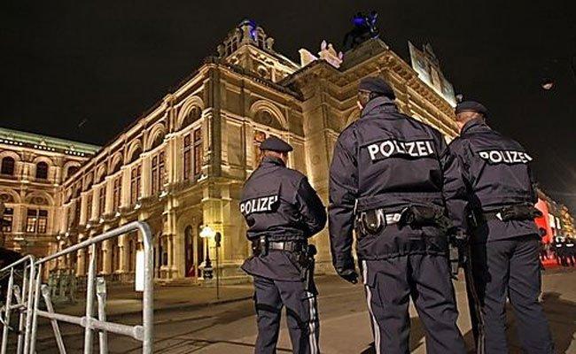 Polizeikontrollen rund um den Wiener Opernball.