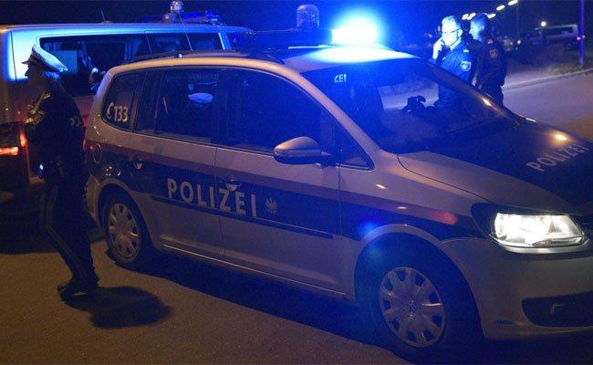 Die Polizei sucht nach den beiden Flüchtigen.