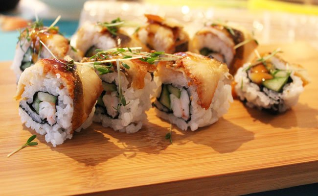 Maki in verschiedenen Stilen werden im Okra selbst zubereitet.