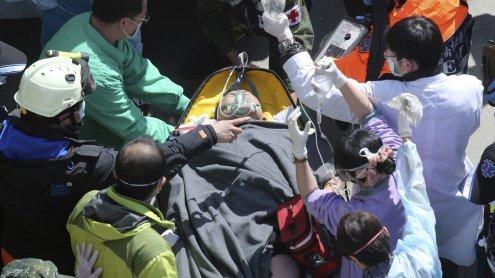 Zwei Tage nach Erdbeben: Retter finden Überlebende in Trümmern