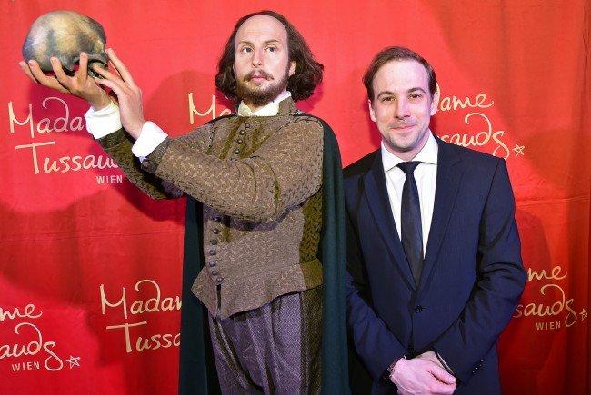 Florian Teichtmeister enthüllte die Shakespeare-Wachsfigur.