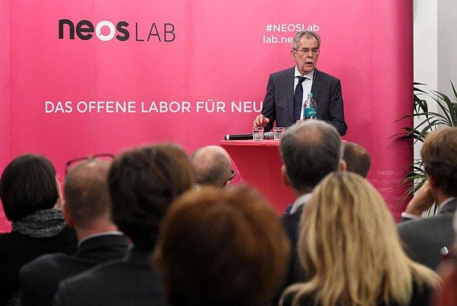 Bundespräsidentschaftskandidat und Ex-Grünen-Parteichef Alexander Van der Bellen vor den NEOS