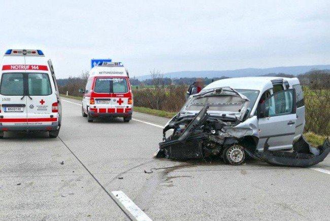 Drei Kinder und die Lenkerin mussten nach dem Unfall auf der A2 ins Krankenhaus.