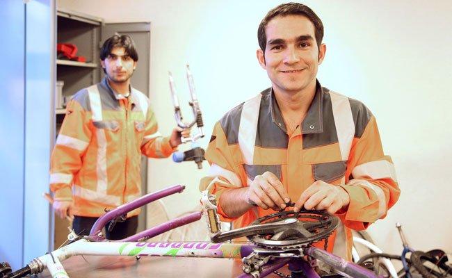 Bei dem Projekt reparieren junge Flüchtlinge Fahrräder.