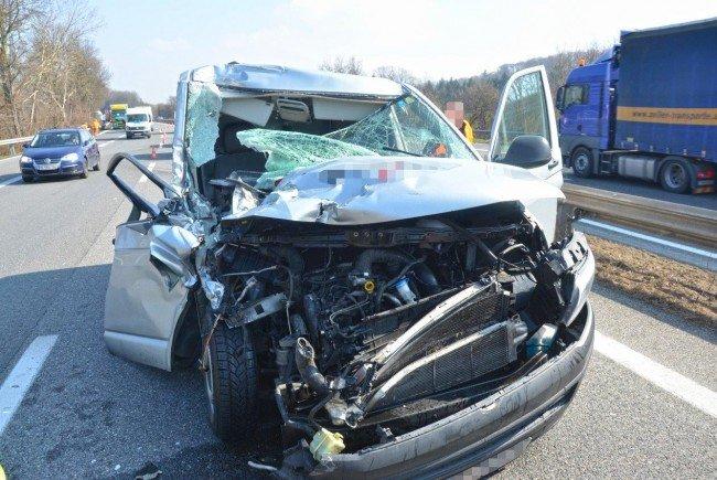 Der durch den Unfall völlig demolierte Kleinbus.
