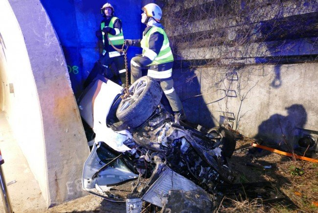 Das völlig zerstörte Fahrzeug nach dem Unfall auf der S6.