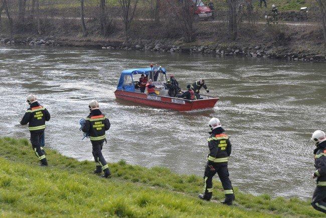 Fahrzeug im Donaukanal geschleudert