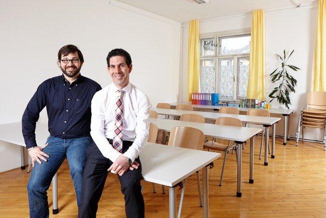 Nicolas Gampert und Michael Dessulemoustier-Bovekercke im neueingerichteten Klassenzimmer des Hauses Papageno.
