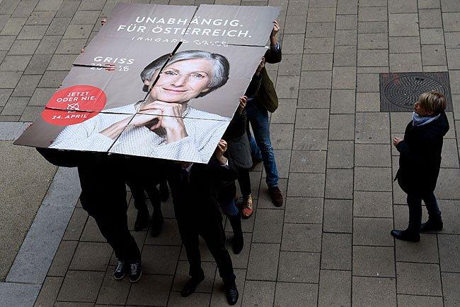 Bei der Plakatpräsentation von Präsidentschaftskandidatin Irmgard Griss auf der Mariahilfer Straße