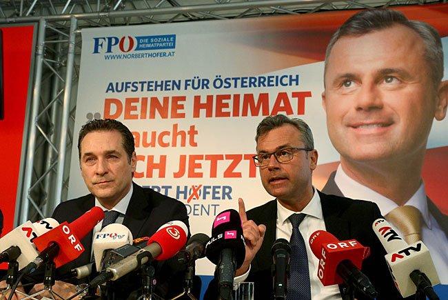 Heinz-Christian Strache und Norbert Hofer (r.) bei der Plakat-Präsentation