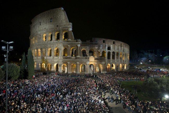 Zehntausende Gläubige begingen mit dem Papst den Kreuzweg in Rom.