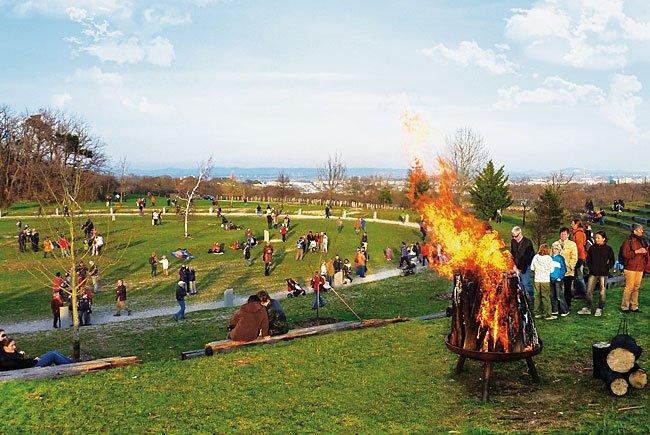 Am Himmel brennt am Karsamstag das Osterfeuer