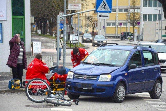 Der Radfahrer zog sich bei dem Unfall Verletzungen unbestimmten Grades zu.