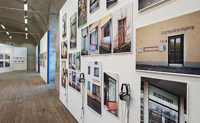 """Die Ausstellung """"Zoom! Architektur und Stadt im Bild""""."""