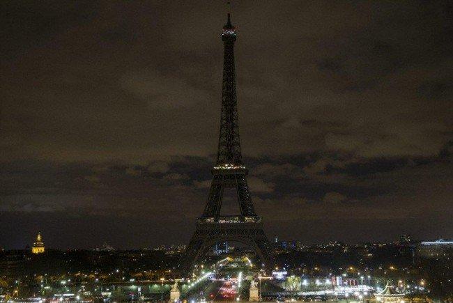 Bei der Earth Hour werden Jahr für Jahr Sehenswürdigkeiten und Co. verdunkelt - etwa der Eiffelturm
