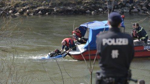 Der Pkw-Lenker konnte nur noch tot aus dem Donaukanal geborgen werden.