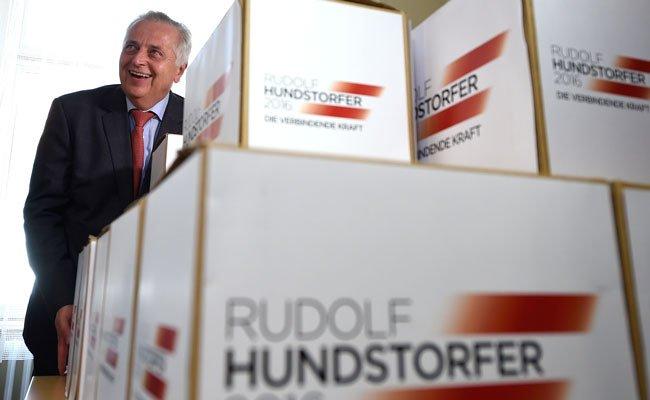 Rudolf Hundstorfer beim Einreichen seiner BP-Unterstützungserklärungen.