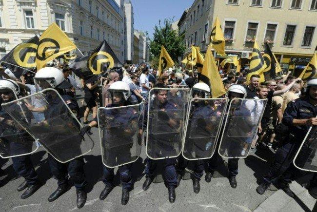 Immer wieder gibt es Zwischenfälle bei Identitären-Demos - nun kommt ein Polizist vor Gericht