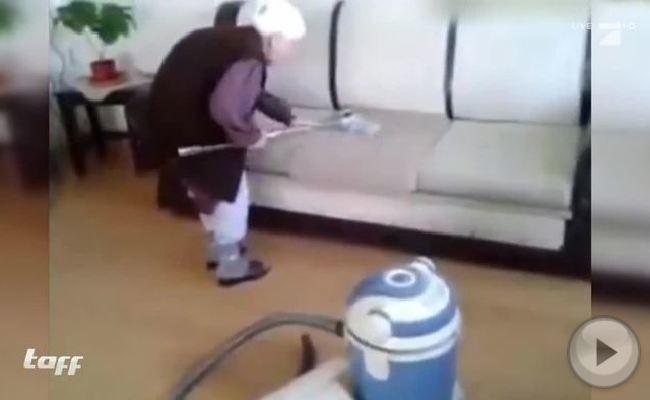 Saugen ohne Stromverbrauch? Diese Omi ist überzeugt, dass das geht.