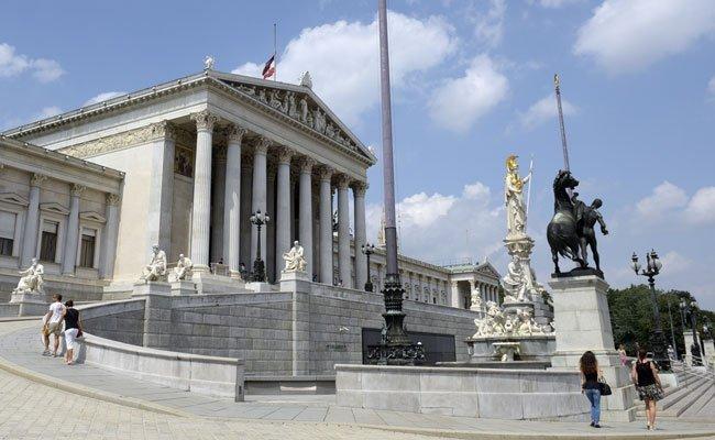 Der Tourist wurde vor dem Parlament in Wien von einer Bim erfasst.