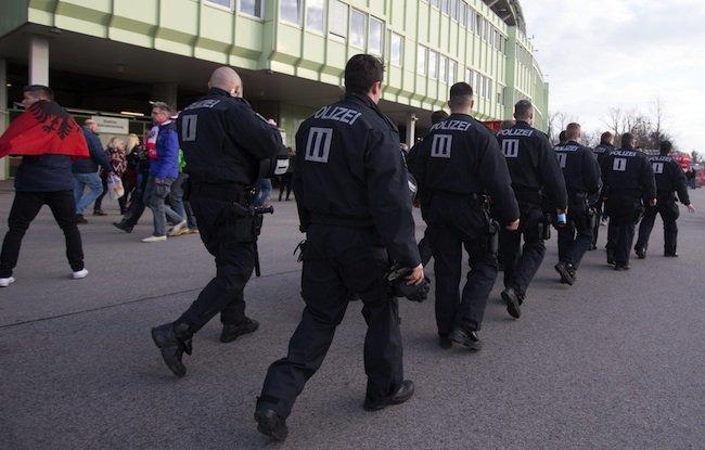 Polizisten beim Fußball-Länderspiel Österreich gegen Albanien vor dem Ernst Happel-Stadion