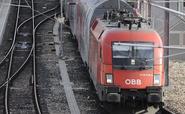 Der Mann geriet am Güterbahnhof Wiener Neustadt in die Oberleitung und starb.