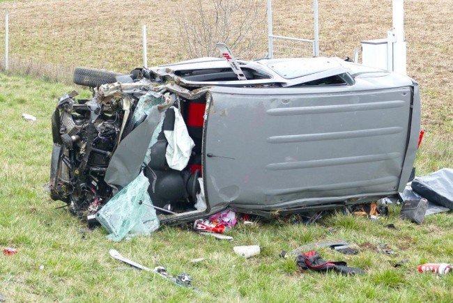 Das zerstörte Auto nach dem schweren Unfall auf der A2.
