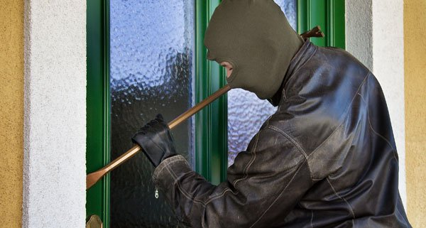 Der Einbrecher wurde von einem Nachbar beobachtet.