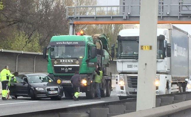 Bei dem Unfall auf der A23 waren ein Lkw und ein Pkw involviert.