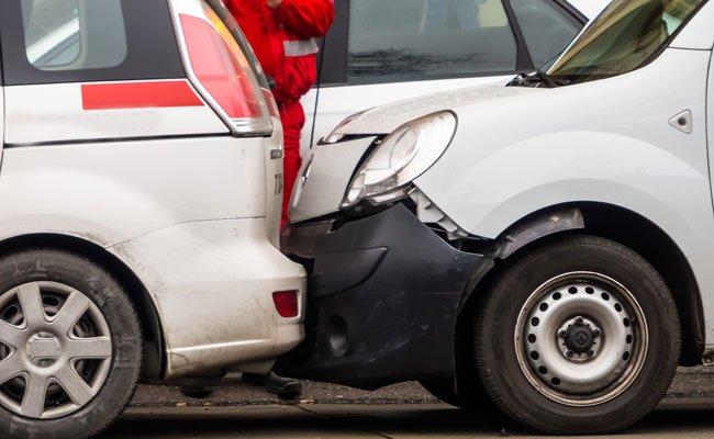 Die Pkw-Fahrerin rammte mehrere parkende Autos.