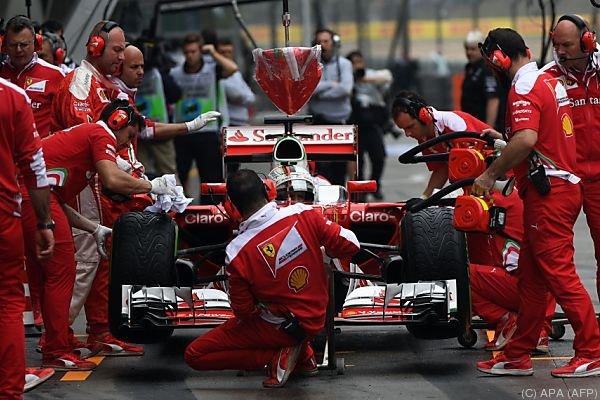 Vettel beim Reifenwechsel in Shanghai