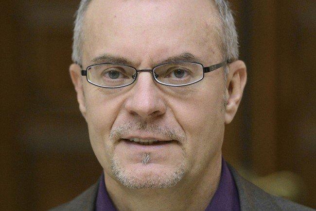 Der Simmeringer SPÖ-Chef will durch eine Befragung zu Einigkeit in Asylfragen kommen.