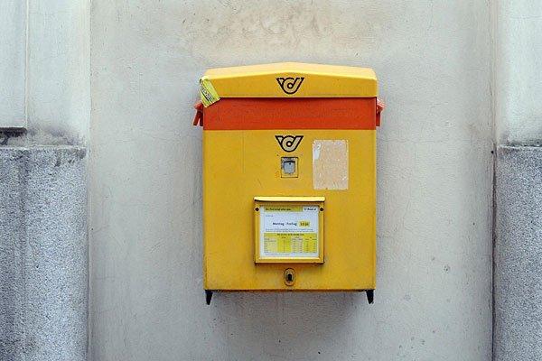 Ein Briefkasten an einem Bahnhof im Burgenland geriet offenbar in Vergessenheit